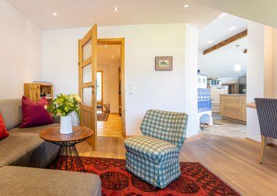 Ferienwohnung in Obersdorf - Wohnzimmer mit Blick auf Türe zum FLur