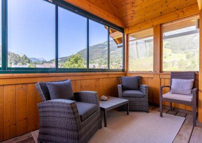 Ferienwohnung in Obersdorf -verglaster Balkon mit Sitzbereich