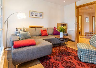 Ferienwohnung in Obersdorf - Sitzecke mit roten KIssen